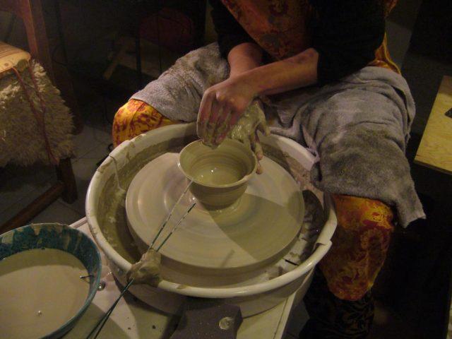Julie Sauvage réalisant un bol en grès