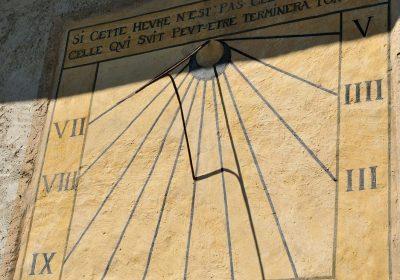 Cadran solaire sur l'église de La Garde