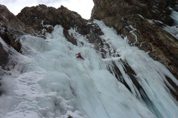 Escalade sur cascade de glace hiver