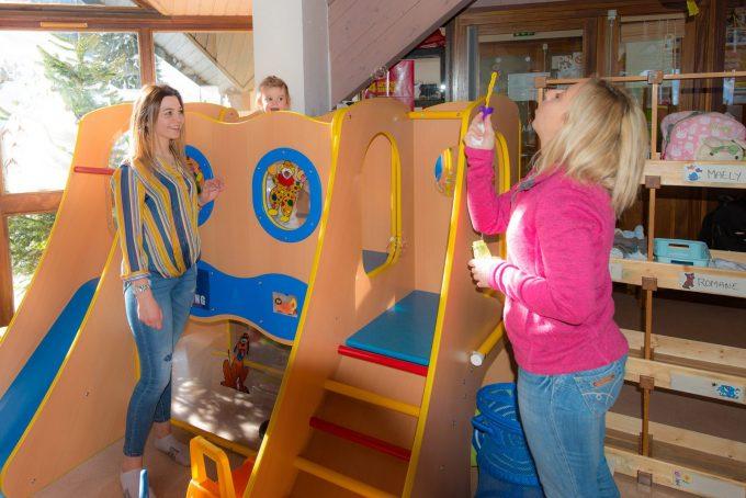 Une salle spacieuse et adaptée aux enfants de – de 6 ans