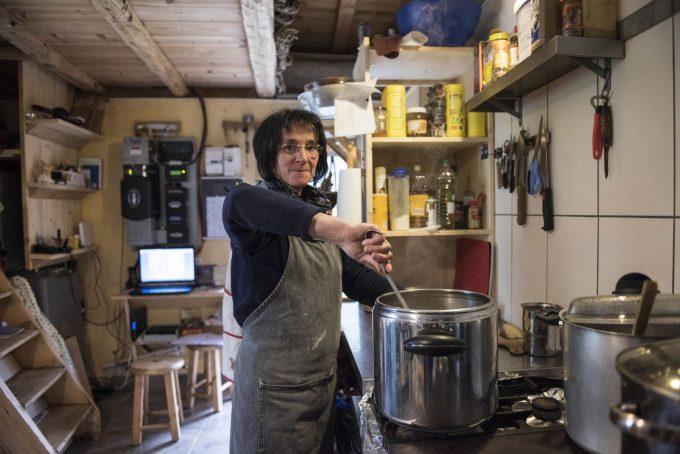 Préparation du repas au Refuge de la Chamoissière – Villar d'Arène- La Grave