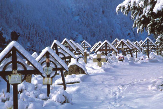 Le cimetière sous la neige – La Grave