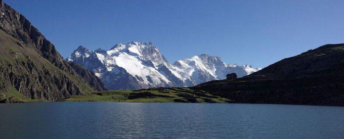 Le lac du Goléon, son refuge et La Meije en arrière plan – La Grave