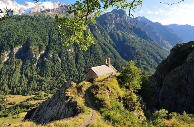 La Chapelle de Notre-Dame de Bon Repos surplombant la vallée – La Grave