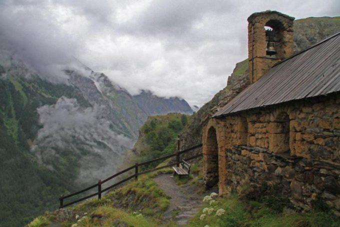 Une invitation à la contemplation sur le banc de La Chapelle de Notre-Dame de Bon Repos – La Grave