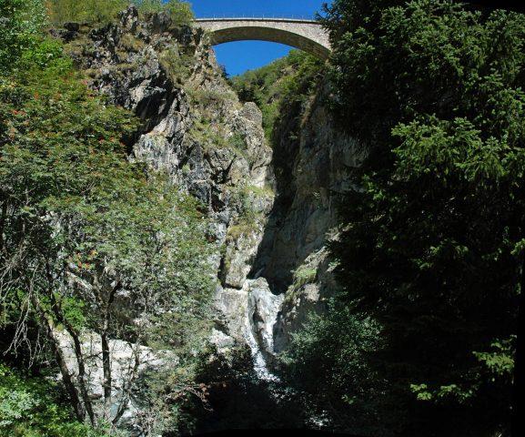 Cascade et nouveau pont