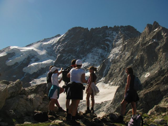 Randonneurs devant les glaciers