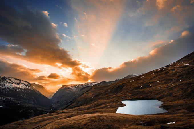 Coucher de soleil sur le lac du Pontet avec le village de La Grave