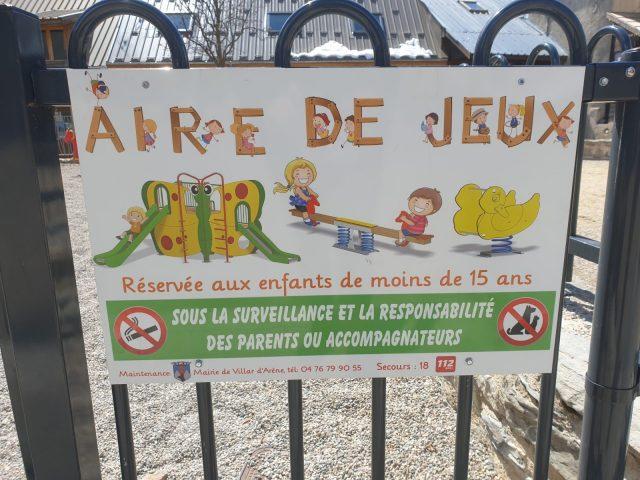 Panneau de sécurité de l'Aire de jeux sur la place de l'Eglise à Villar d'arène