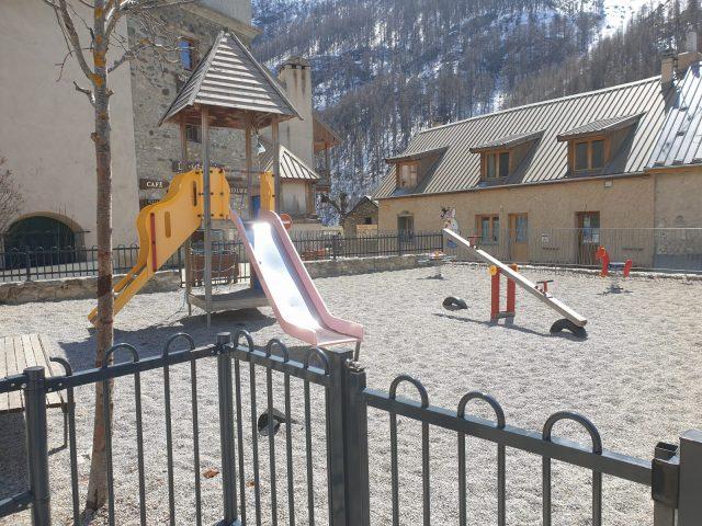 Le petit château multi activité sur la place de l'Eglise à Villar d'arène