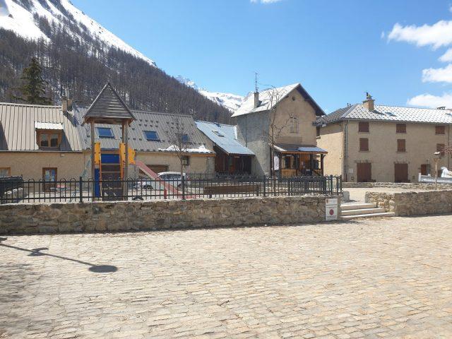 L'aire de jeux sur la place de l'Eglise à Villar d'arène