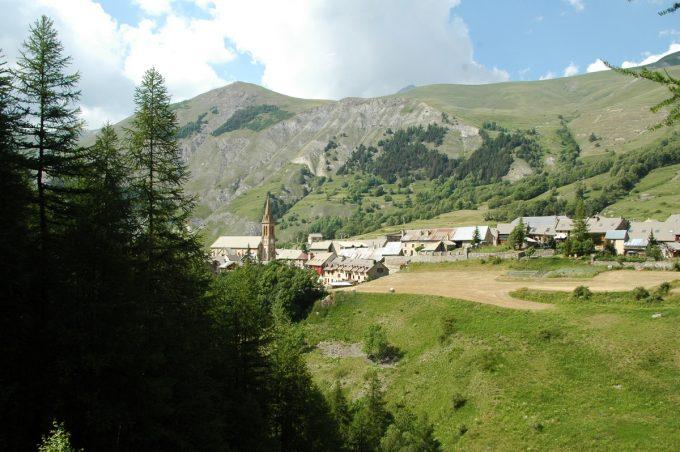 Villar d'Arène vu de la forêt