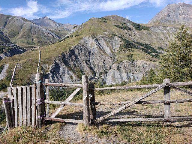 La barriere à emprunter sur le chemin des Vernois